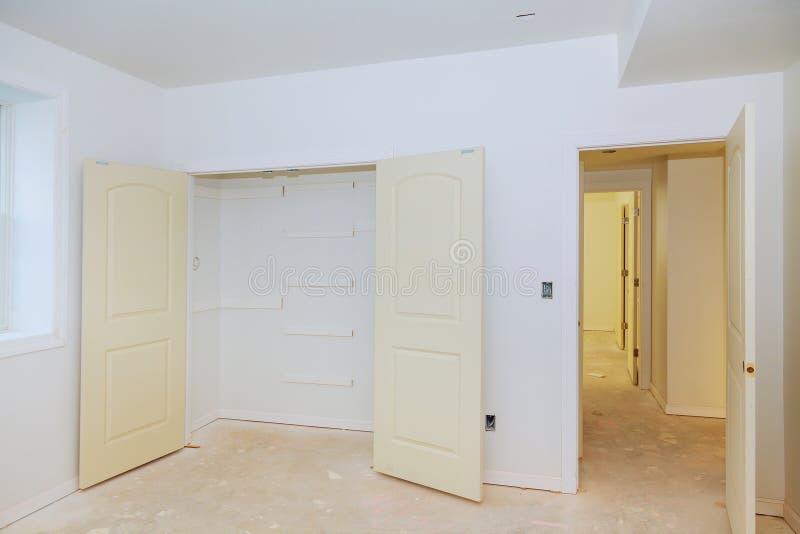 новый дом двери установки стоковые фото