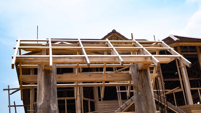 Новый дом жилищного строительства конструкция дома рамки деревянного стоковые фото