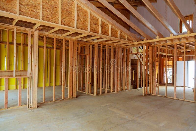 Новый дом жилищного строительства обрамляя деревянную конструкцию стоковые изображения