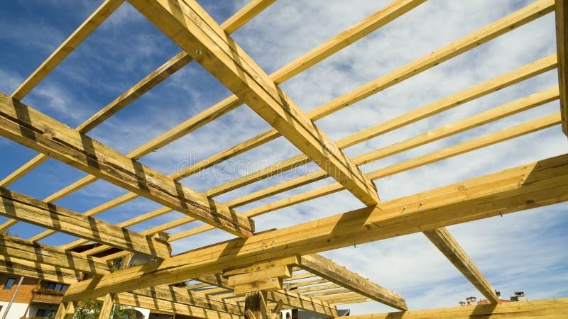 Новый дом жилищного строительства обрамляя против голубого неба стоковая фотография
