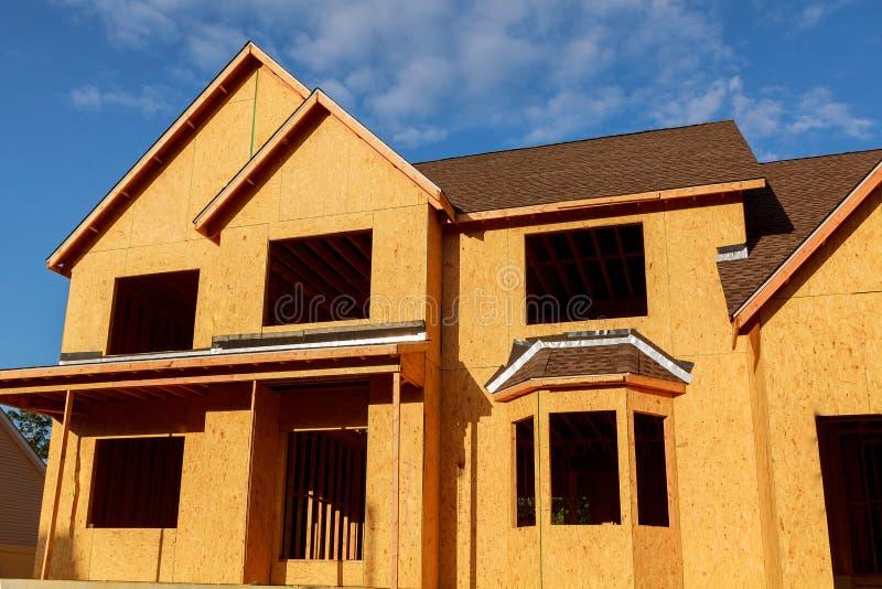 Новый дом под конструкцией - деревянной рамкой стоковое фото rf