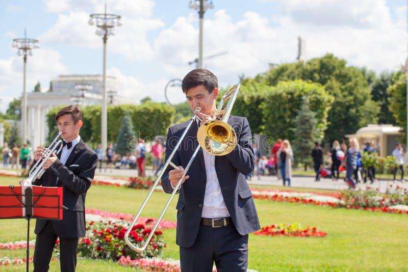 Новый духовой оркестр жизни, игрок музыкального инструмента ветра, оркестр выполняет музыку, портрет тромбона игр музыканта, чело стоковые изображения rf