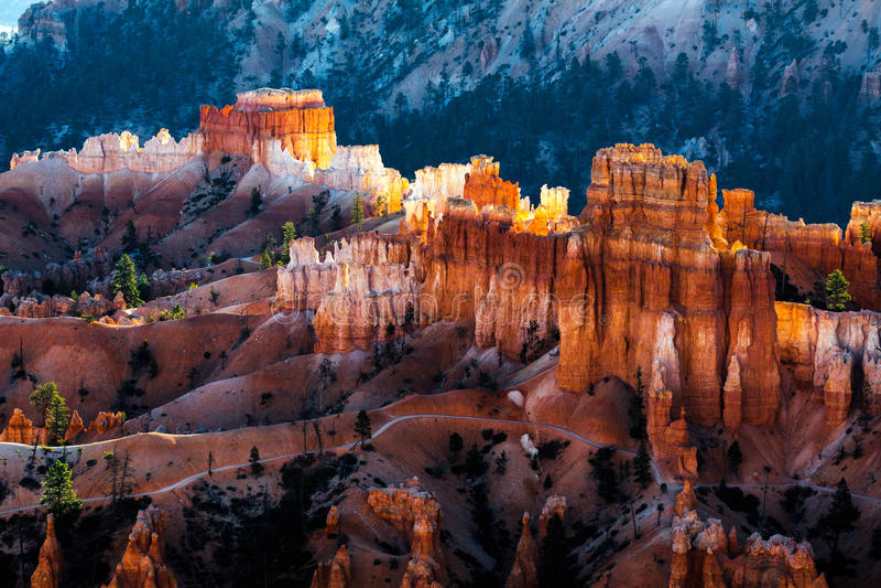 Download Новый день рассветая на каньоне Bryce Стоковое Фото - изображение насчитывающей attractor, форма: 81800780