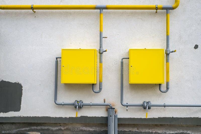 Новый желтый распределительный пункт трубы газа в многоквартирном доме стоковая фотография