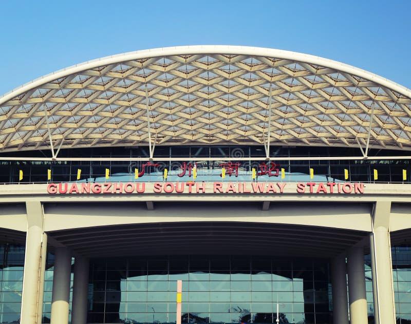 Новый железнодорожный вокзал Гуанчжоу южный в кантоне Китае, современном здании вокзала, стержня рельса стоковые фото