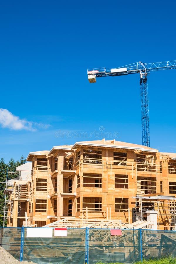 Новый жилой дом под конструкцией Здание рамки низкого подъема деревянное стоковое изображение rf