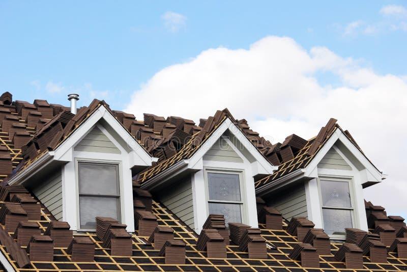 Новый конец крыши плитки Брайна вверх стоковые фото