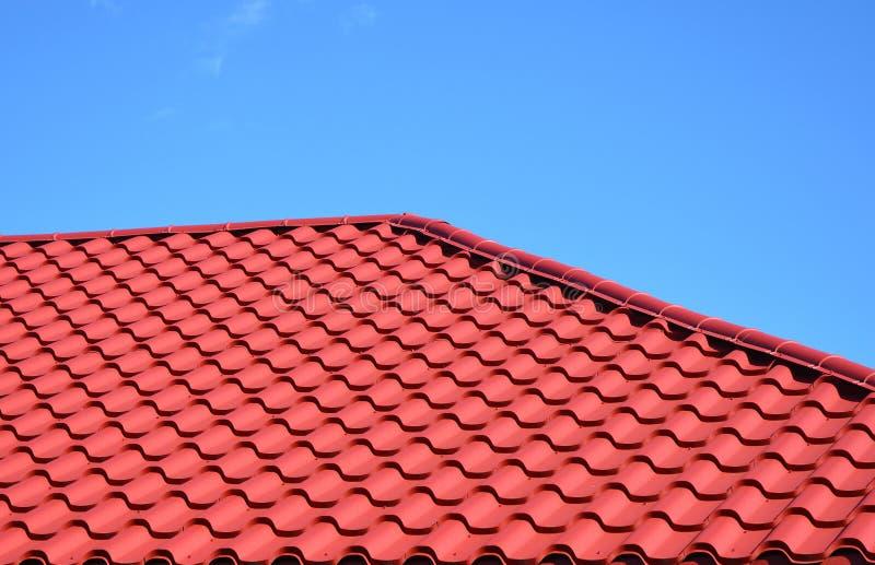 Новый красный металл крыл экстерьер черепицей конструкции толя дома крыши стоковые фотографии rf