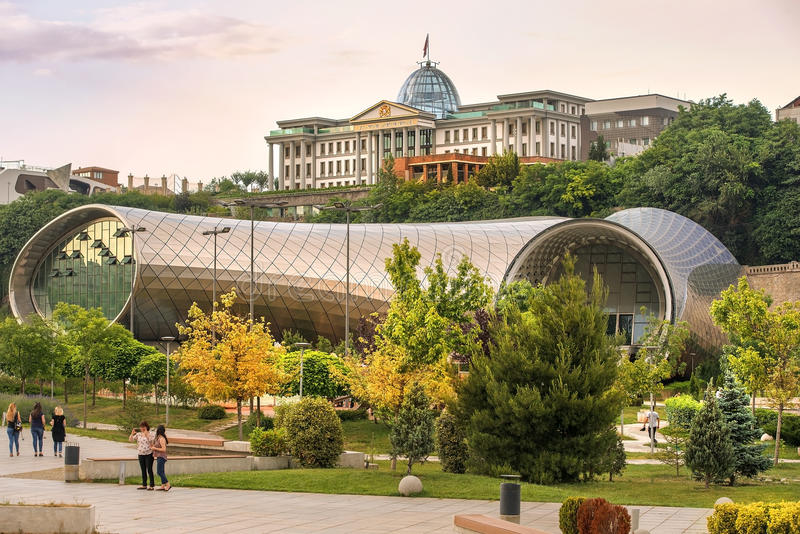 Новый культурный центр и президентский дворец в Тбилиси, Georgia стоковые фотографии rf
