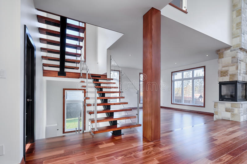 Новый дом современных лестниц Mahogany с столбом стоковые изображения