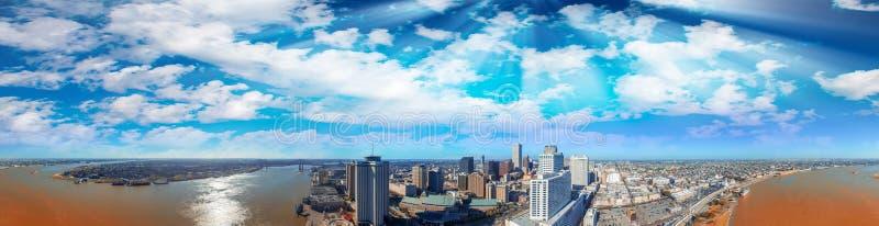Новый Орлеан, ЛА Воздушный панорамный взгляд на заходе солнца стоковое изображение