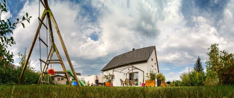Новый пригородный дом семьи около города стоковая фотография