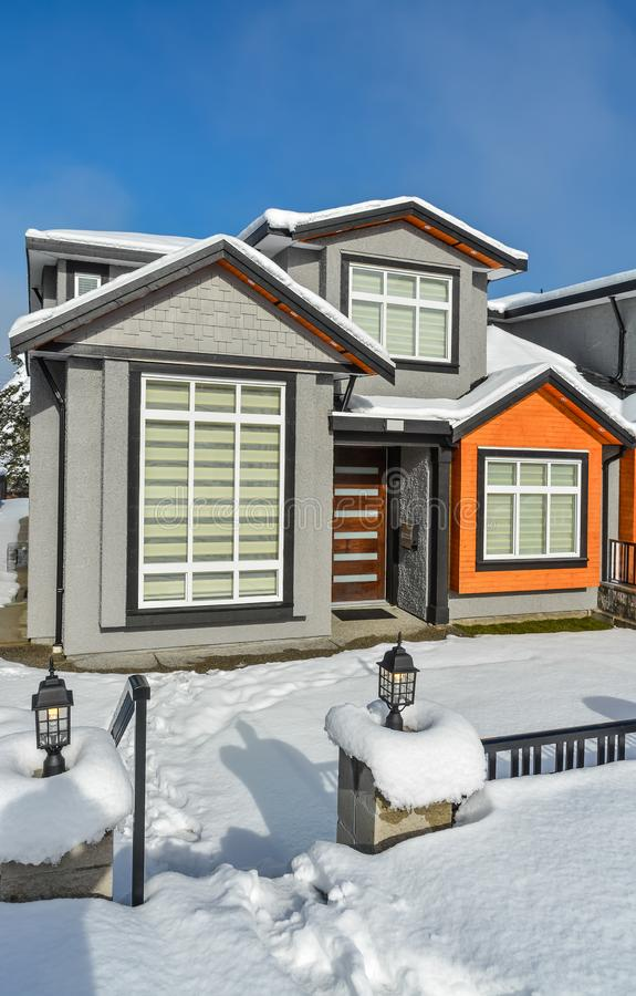 Новый родной дом для продажи Новый дом в пригородах на солнечный зимний день стоковое фото rf