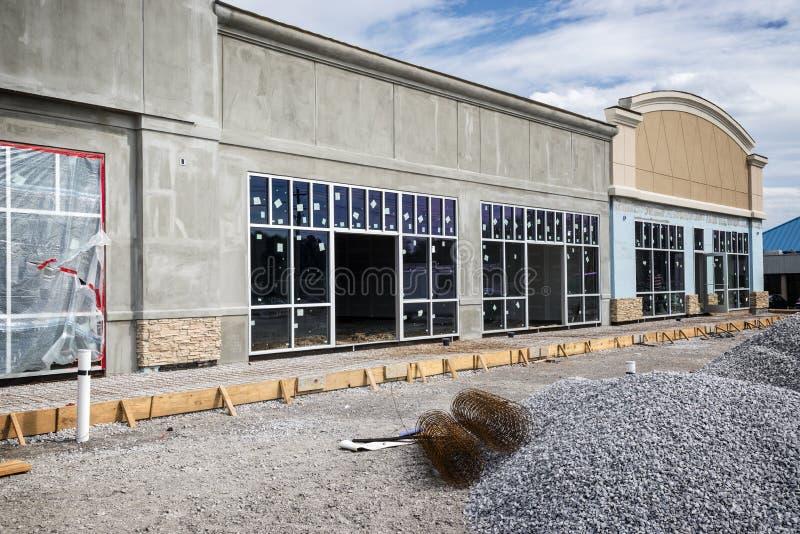Новый розничный центр прокладки под конструкцией стоковые фото