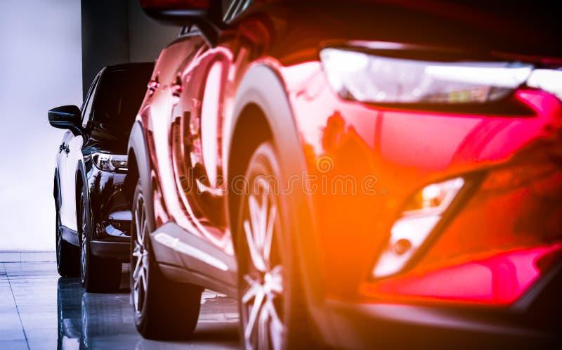 Новый роскошный красный и черный автомобиль компакта SUV с спортом и современным дизайном припарковал в выставочном зале белизна  стоковые изображения rf