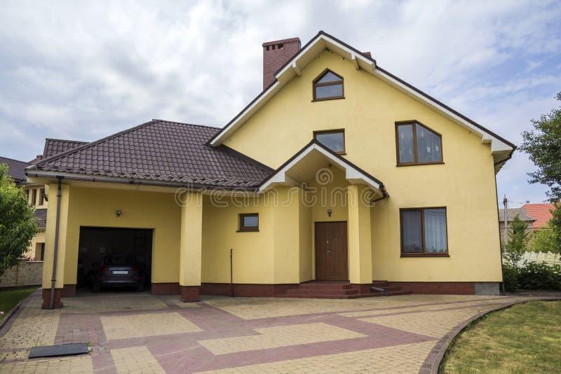 Новый славный желтый двухэтажный жилой коттедж с крышей гонта, стоковая фотография rf