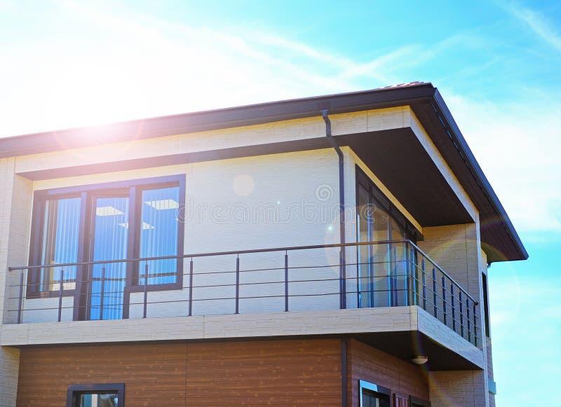 Новый современный архитектурноакустический дом здания стоковое изображение rf