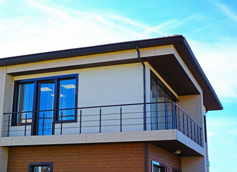 Новый современный архитектурноакустический дом здания стоковое изображение