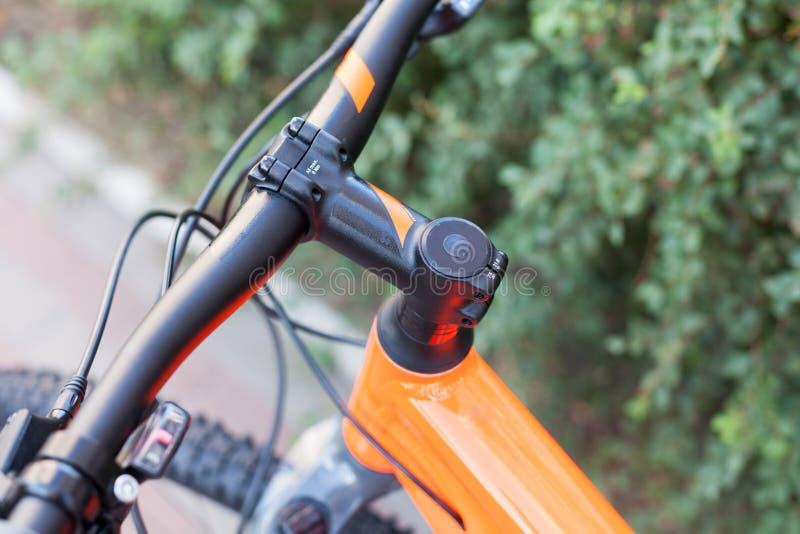 Новый современный велосипед дороги на предпосылке улицы стоковые фотографии rf