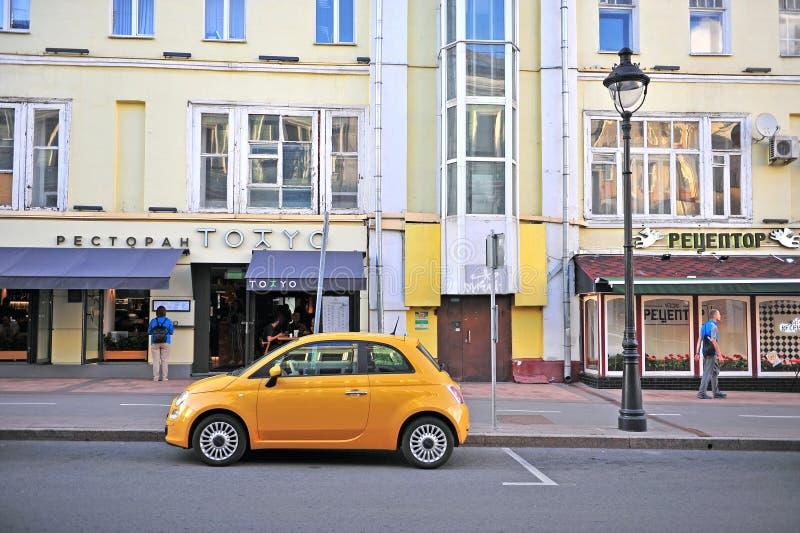 Новый Фиат 500 припарковал в улице, Москве стоковые изображения