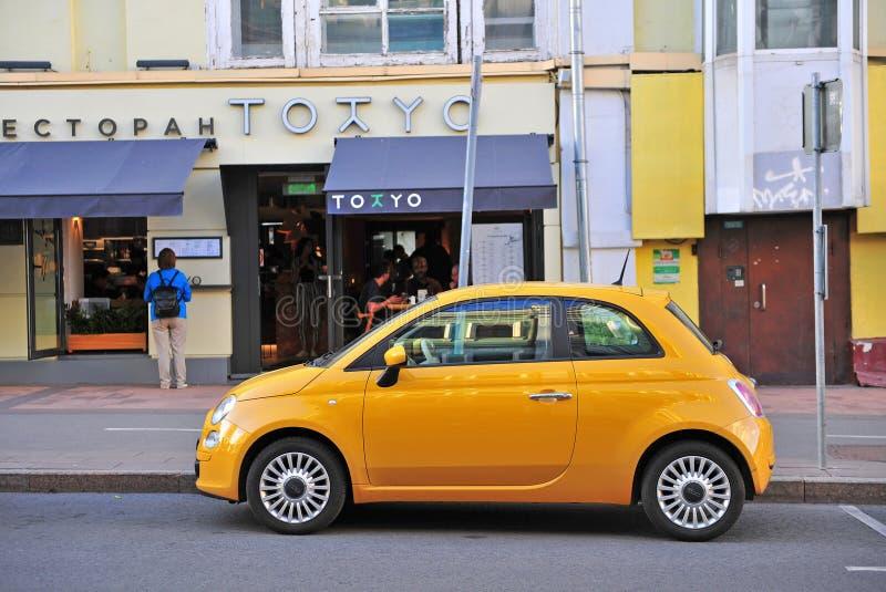 Новый Фиат 500 припарковал в улице, Москве стоковое фото