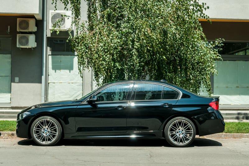 Новый черный BMW таможни 5 серий с колесами сплава припарковал на улице стоковое изображение rf