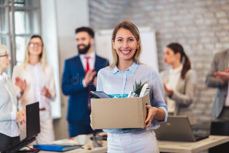 Новый член команды, пришелец, аплодирующ к женскому работнику, поздравляя работника офиса стоковая фотография rf