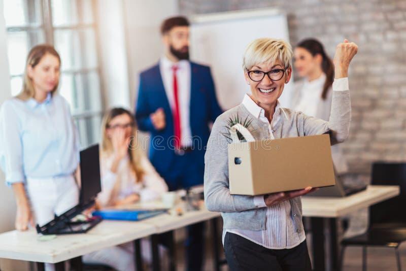 Новый член команды, пришелец, аплодирующ к женскому работнику, поздравляя работника офиса стоковая фотография
