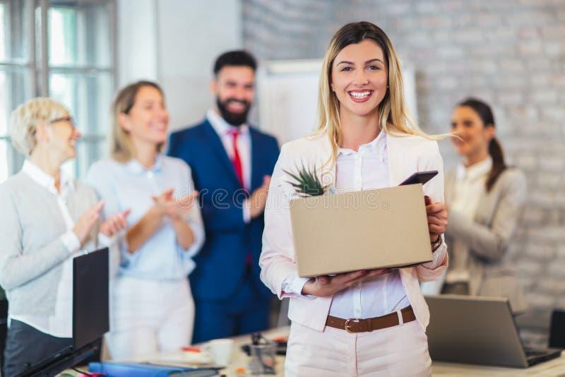 Новый член команды, пришелец, аплодируя к женскому работнику стоковые изображения