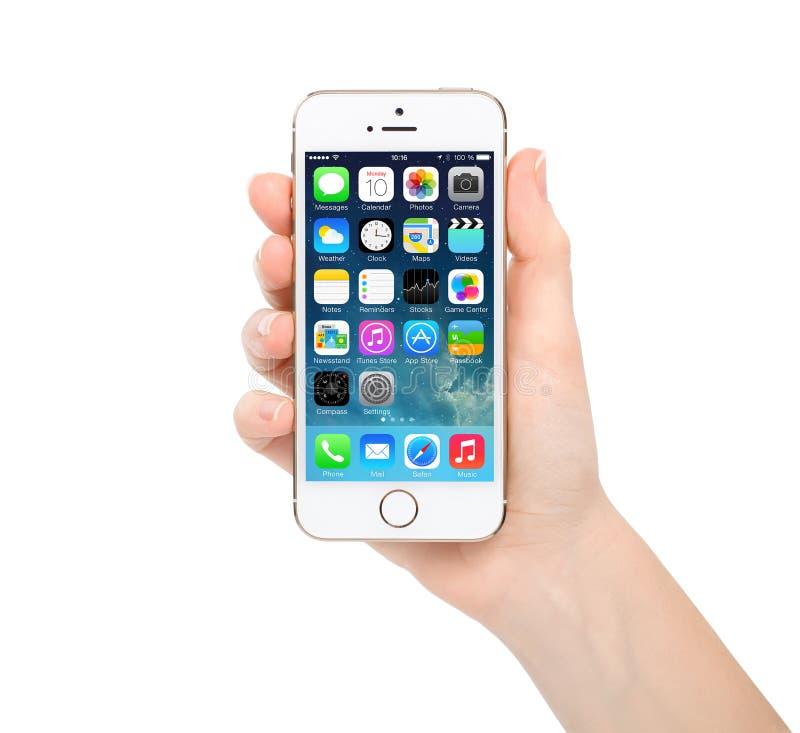 Новый экран системы IOS 7,1 обновления на золоте iPhone 5S стоковая фотография