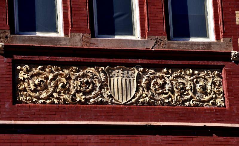 Новый Bern, NC: Гребень на здание муниципалитете стоковая фотография