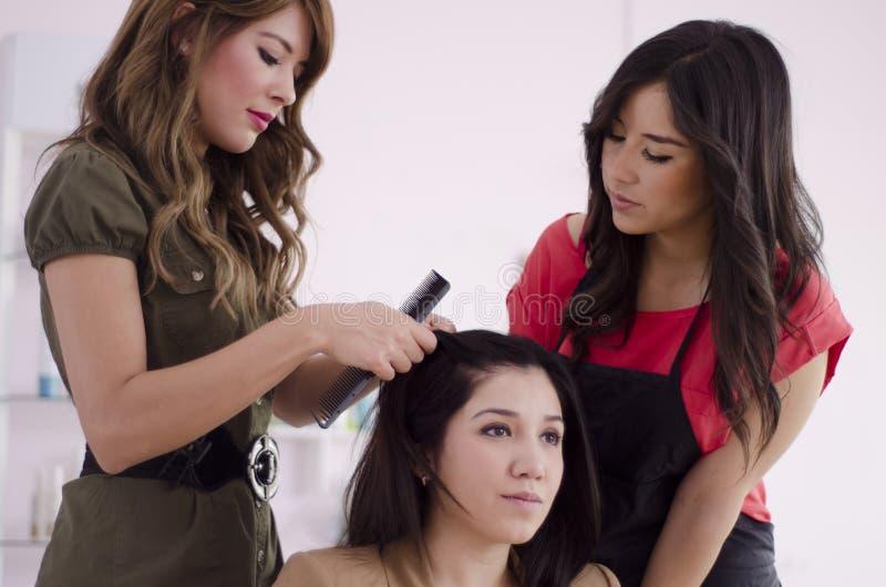 Новый hairstylist в тренировке стоковое изображение rf