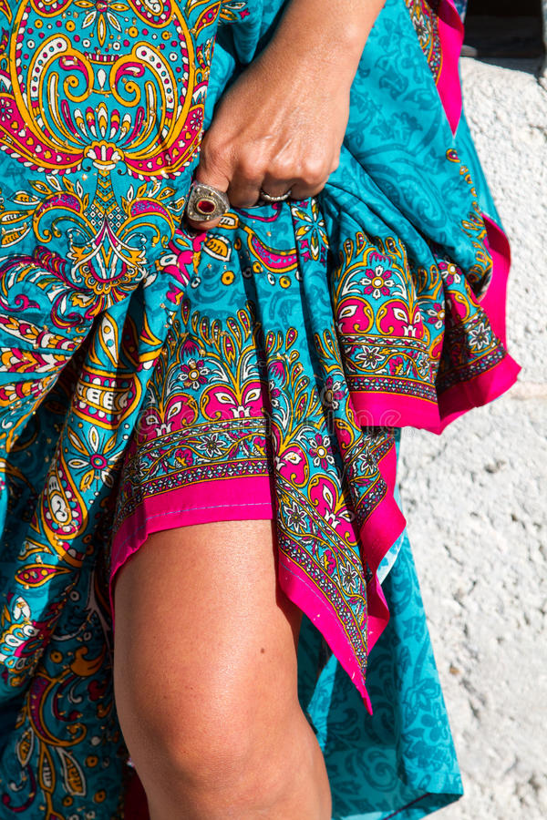 Нога дамы и красочная юбка стоковые фото