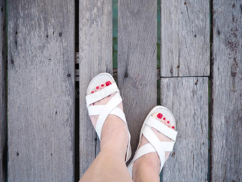 Нога женщины Selfie на деревянном поле стоковая фотография