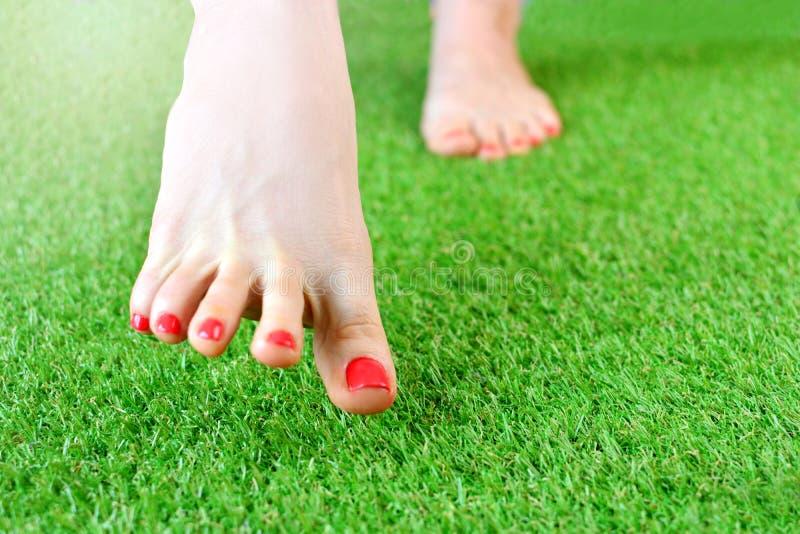 Нога женщин на искусственной дерновине стоковые изображения