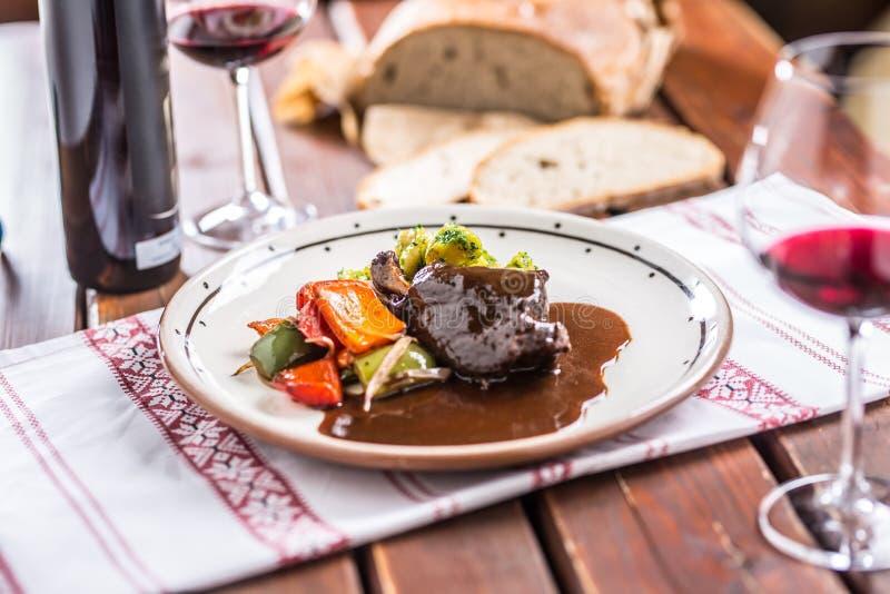 Нога кролика Confit с vegetable redvine хлеба в пабе или restaur стоковая фотография rf