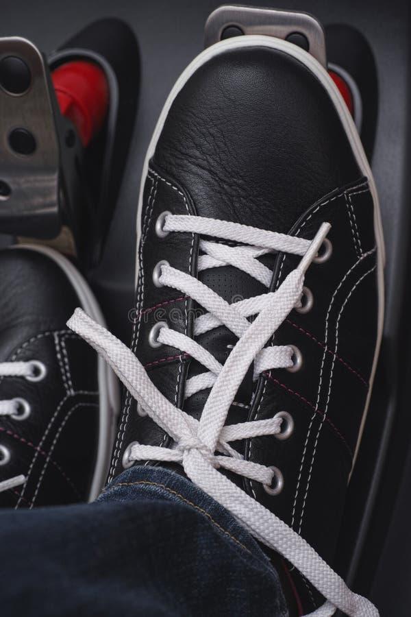 Нога отжимая педаль газа стоковое фото