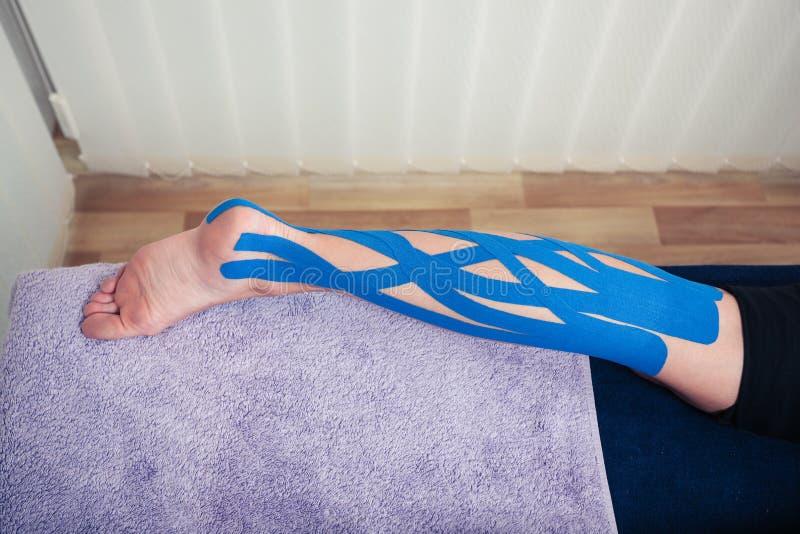 Нога с лентой kinesio стоковое изображение rf