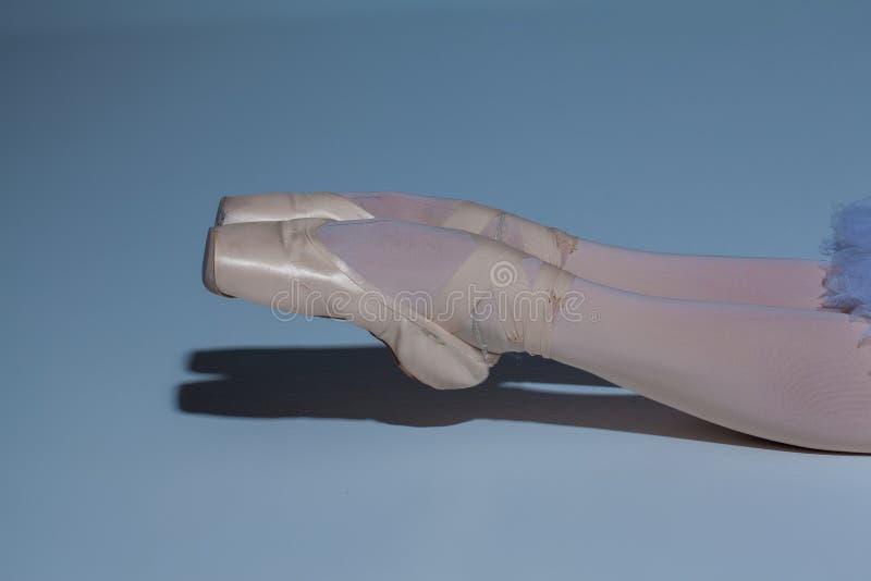 Ноги балерины в pointes балета на сини стоковое фото