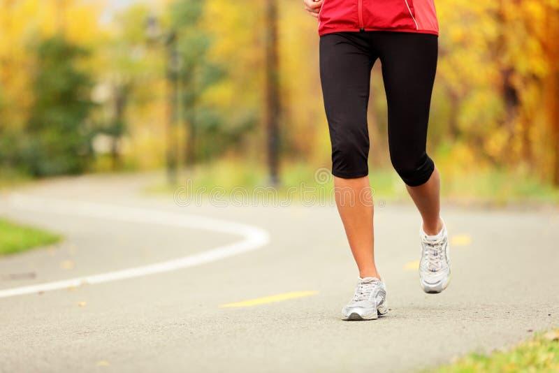 Ноги бегунка и идущие ботинки стоковая фотография rf