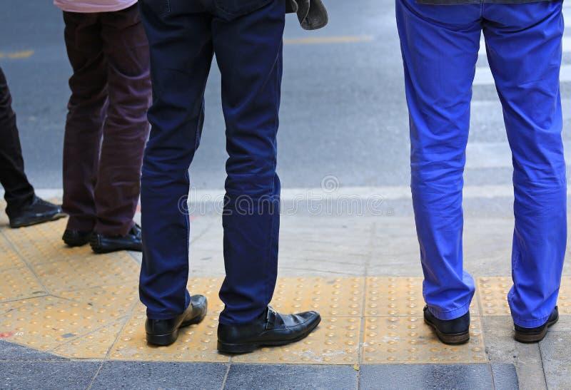 Ноги бизнесмена ждать на пешеходном переходе стоковое изображение