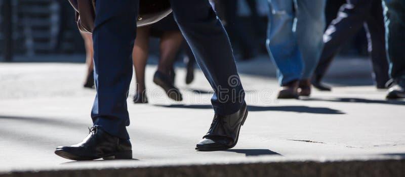 Ноги бизнесменов идя в город Лондона Занятая концепция современной жизни стоковое фото