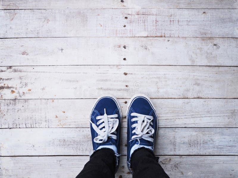 Ноги битника Selfie на деревянной предпосылке пола стоковая фотография rf