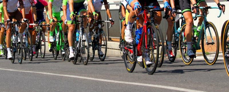Ноги велосипедистов которые едут во время гонки стоковая фотография