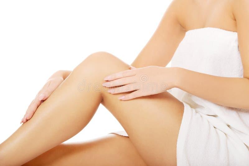 Ноги выхоленные колодцем женские стоковое изображение rf