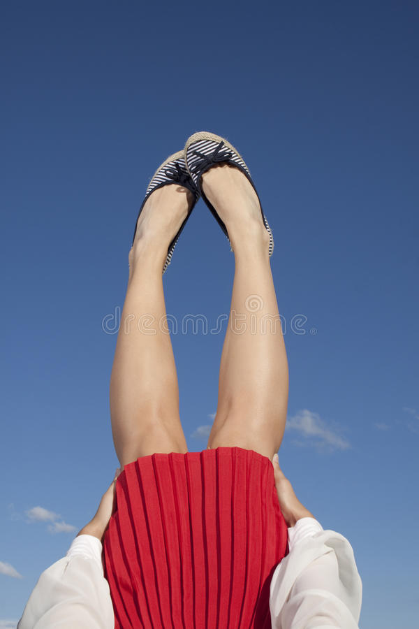 Ноги в голубом небе стоковые изображения rf