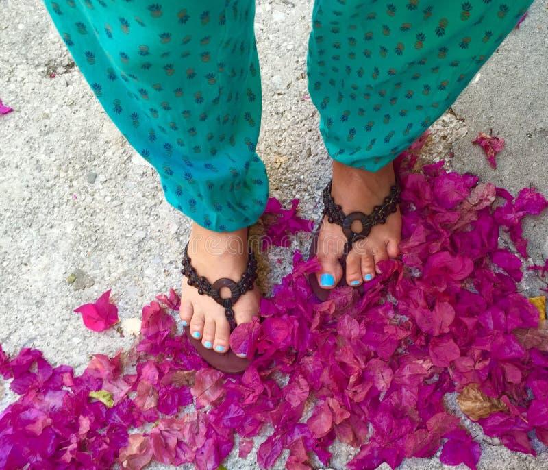 Ноги в лепестках стоковая фотография rf