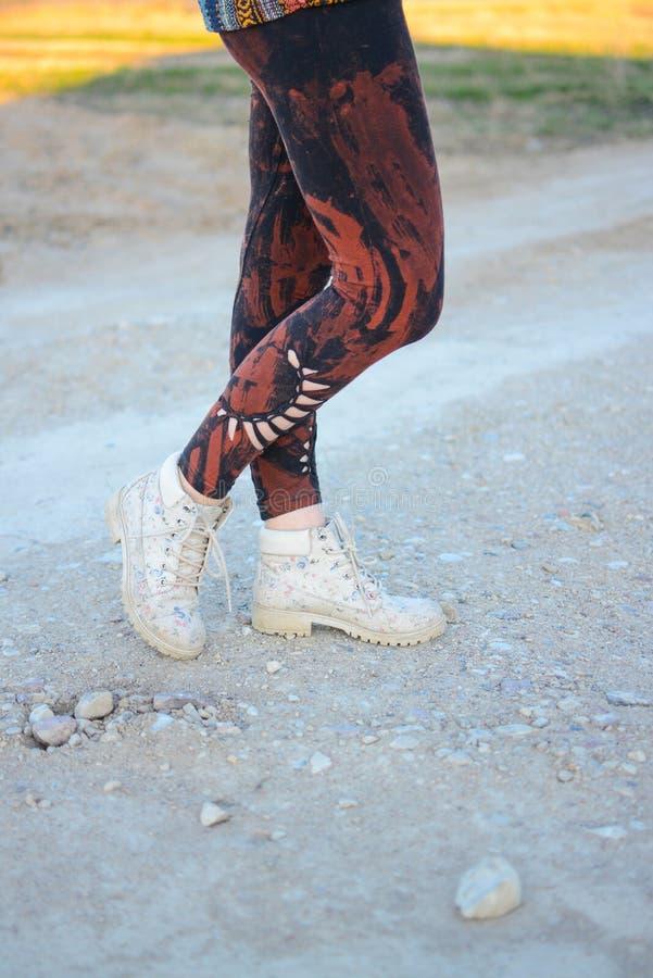 Ноги в красивых и уникальных отрезка колготках вне, моде фестиваля, золотом часе, теплом вечере стоковые фотографии rf
