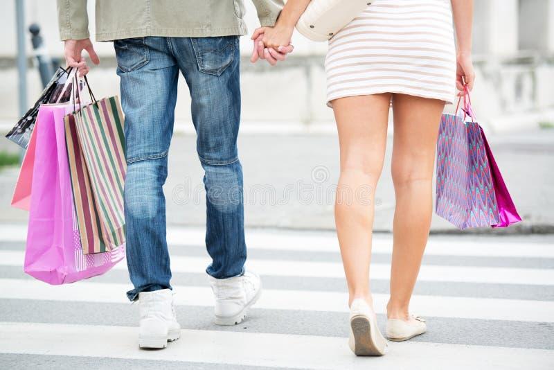 Ноги в покупках стоковые изображения rf