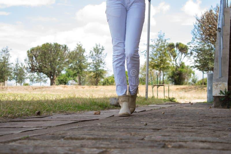 ноги гулять стоковая фотография